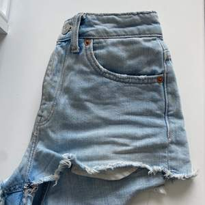 Jeansshorts med lite mom fit, storlek 32. Sitter som xs