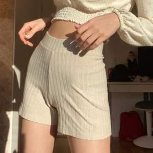 Beiga shorts i mjukt tyg från Gina tricot! de är i storlek xs och knappt använda:)