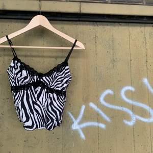 Säljer detta zebra linne med spetsdetalner 🦓 Linnet är i storlek small och är använd 1-2 gånger så är i mycket bra skick! Toppen är i svalt och stretchigt material.