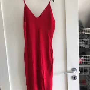 Sjukt fin klänning väldigt väldigt stretchig och super skön ! Tar 50kr frakt för den är rätt tung :)