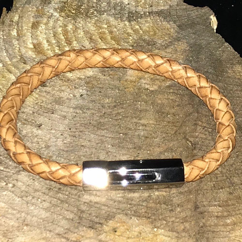 Snygg armband från James Barts. Endast prövad. Armbandet består av läder. Nypris ca: 349kr. Accessoarer.