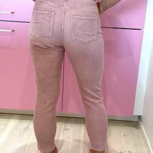"""Stretchiga manchester byxor i """"gammalrosa"""". De är lite stora i storlekarna (jag är vanligtvis 40-42, men har haft dessa i 38). Supersköna!"""