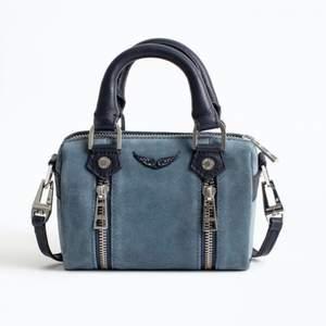Jag säljer nu min blåa Zadig väska då jg inte använder den. Den är använd max 2 gånger och har inga skador, därav ser ddn ut som ny. Dustbag och påse medföljer. Den är köpt på den officiella Zadig&Voltaire butiken i Rom och köptes för 245€.