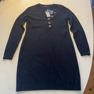 Oanvänd klänning med knappar. Utgående produkt från Veromoda köpt på outlet. Prislapp med extra knapp finns kvar