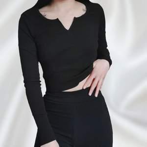 Snygg cropped ribbad tröja 🥰 Endast använt den för att ta bilder ✨ Storlek XS men kan även passa S eftersom den är stretchig 📏 Frakt tillkommer 💌