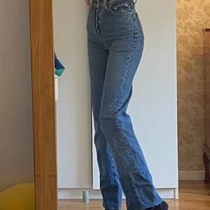 Mina kära levisjeans jag själv förlängt med jeanstyg i samma färg, då de var för korta för mig. (Jag är 174 cm) byxorna är i storlek w24 och har nu tyvärr blivit för tajta för mig, så det är därför de nu söker en ny ägare:/ de är i superbra skick, vill man inte ha den förlängda delen är det bara att spreta upp :))) passar en xs-xxs