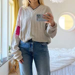 Jättesnygg tröja köpt secondhand💖 sitter oversized på mig som vanligtvis har M, står ingen storlek men skulle gissa på XL🥰 bara att skriva för fler bilder