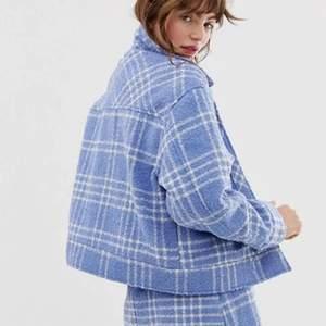 Blå rutig jacka från monki i storlek M. Använd men i bra skick