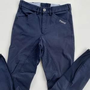 Fina mörkblå ridbyxor från Pikeur. Dammodell men funkar för alla. Originalpris: ca 1800kr. Se fler trendiga träningskläder på vår Instagram @oak_uf!