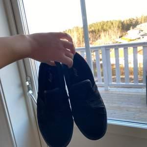 Ett par svarta skor ifrån Alley, knappt använda pågrund av förstora, storlek 37