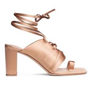Beiga/puder-färgade klackar, sandaletter med laceup/remmar/snörning. Storlek 37. Oanvända, nyskick.