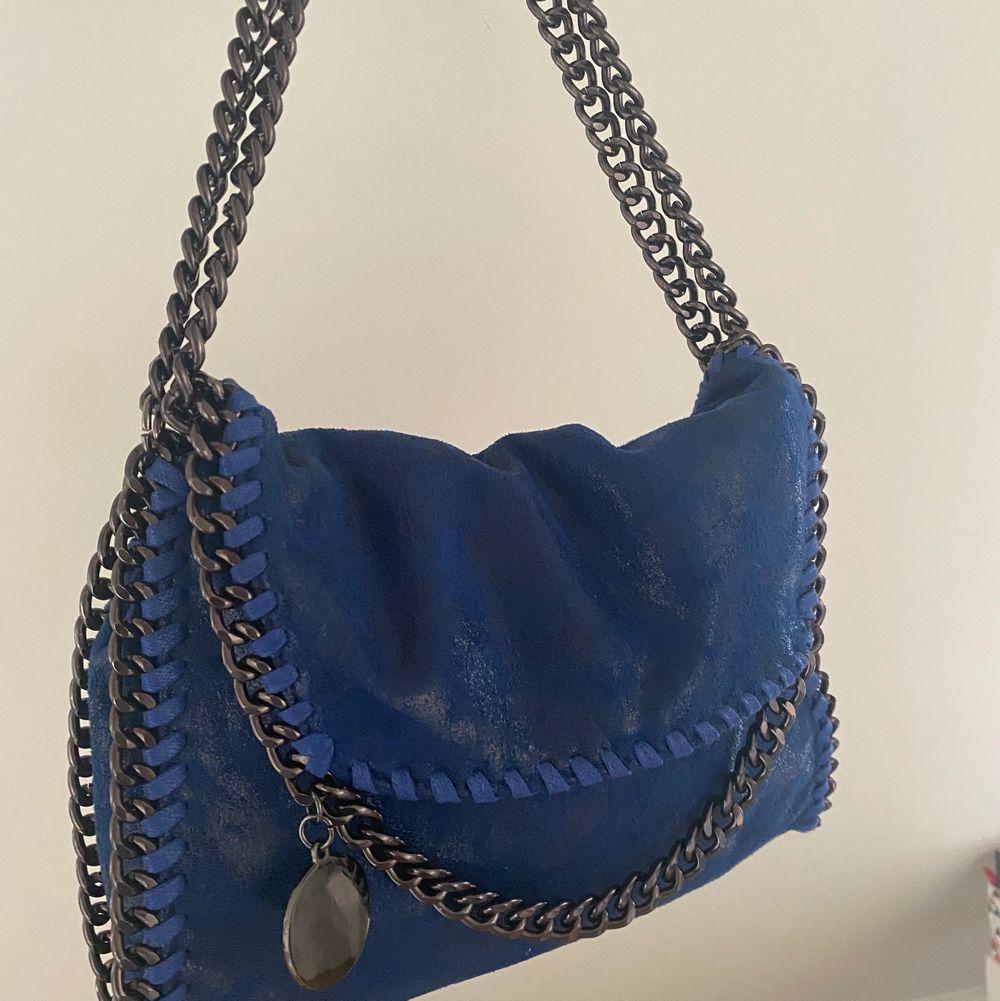 Jag säljer denna Stella liknande väskan för att jag har en äkta! Man kan se hur färgen blir klarare blå i direkt solljus än i skuggan på första och sista bilden! Verkligen så fin ser precis ut som en Stella väska! Skriv för frågor!❤️😍 HÖGSTA BUD : 530kr  -  köpa direkt för 600kr!❤️❤️. Väskor.