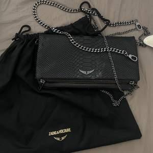 säljer nu min jätte fina Zadig väska, använd sparsamt. Har båda axelremmarna samt kvitto och äktenskapsbevis. Köptes för 360€ vilket är ungefär 3700kr. Säljs bara för bra pris