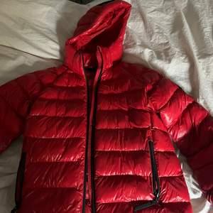 Intressekoll på denna fräscha jackan från peak performance! Köpt förra vintern aldrig använd, i storleken 160 men skulle säga att de passar från XS/S till M! Skriv om du är intresserad!❤️
