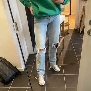 Säljer dessa populära 90s byxorna från Gina Tricot. I referens är jag 172cm