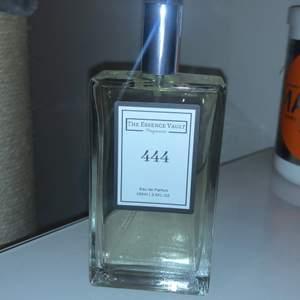 En parfym som är från hemsidan The Essence Vault och lukten är inspirerad av Lost cherry av Tom Ford. Säljer då jag kände att lukten ej passade mig ❤️ Nypris är 313kr. Den innehåller 100 ml parfym och det krävs bara ett sprut så håller det hela dagen. Vid frågor eller funderingar är det bara att fråga!