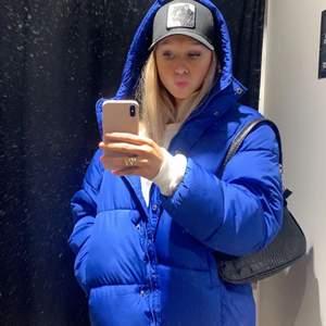 Intressekoll på denna jacka i strl L. Den sitter oversize på mig som vanligtvis är en strl s. Skitsnygg och varm. BUDA!!
