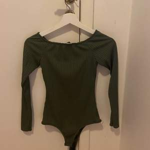 Off shoulder body i armé grön från bohoo, sitter jätte fint. Från bohoo