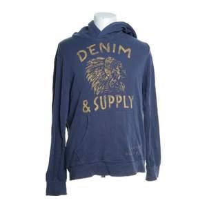 Säljer nu denna snygga hoodie från Denim & Supply💙  Den är väldigt bekväm och i bra skick. Kan skicka fler bilder om du vill ha❣️