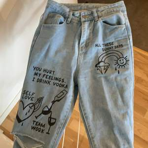 Ljusblå jeans med tryck på den SHEIN, storlek S   Dem är långa i benen på mig som är 175. Typ aldrig använda