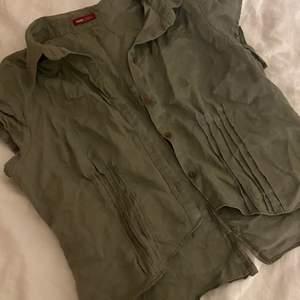 Säljer en grön skjorta med fina detaljer i midjan<3 köpt second hand:) det framgår inte vilken storlek det e, men skulle säga att den passar som en M/L, beroende på hur man vill att den ska sitta!!
