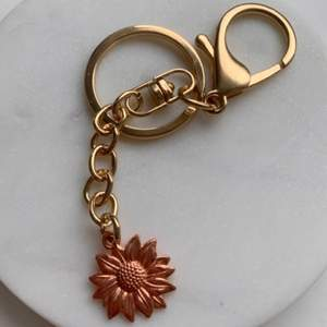Säljer handgjorda nyckelringar & örhängen ✨🌼                    Jätte fin bronze blomma som glänser jätte fin i solen och ser ljusar ut då (bild 3).                                                                 Om man köper två nyckelringar aå blir det 100kr istället✨   säljer också liknande örhängen ifall du vill matcha (bild 2) 🌻