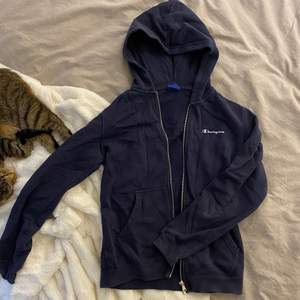 Säljer denna fina mörkblåa Champion hoodie som endast är använd ett fåtal gånger. Storlek L i barnstorlek, passar bra på mig som normalt har storlek XS. Skriv privat vid intresse💗 Frakt tillkommer på 66kr📦