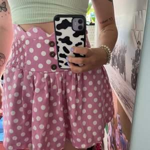 En gullig och unik rosa prickig kjol som jag äskande förr men tyvärr inte är min stil länge, så den hade behövt ett nytt hem!💓 Stängs på baksidan med dragkedja! Det står ej någon storlek i men jag är 160cm lång och brukar ha S och denna går en bra bit över rumpan på mig och sitter inte tight alls så skulle nog säga M💓 Köparen står för frakt - Spårbar 51kr!!