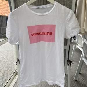 Tshirt från calvin klein. Fint skick! Knappt använd Frakt: 48kr