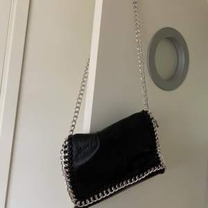 Superfin väska som är knappt använd😍 liknar Stella McCartney väskorna!!