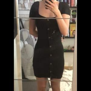 """Svart """"kort"""" tight klänning från H&M. Använd max 3 gånger mycket gott skick."""