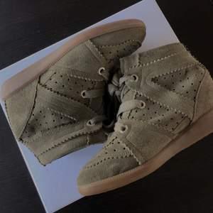 Säljer mina Isabel Marant Bobby suede wedge sneakers 🤍 Storlek 37, färgen Taupe. Använda fåtal gånger så nästan som nya! Kommer med tillhörande box. Nypris 4999. Priset kan diskuteras vid snabb affär!!
