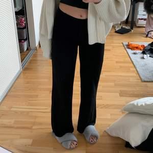 Snygga kostymbyxor köpta second hand, nån cm korta på mig som är ca 174, de är lågmidjade/mellan midja och lite vidare, mycket bra skick och inga hål eller liknande, skriv för frågor eller bilder