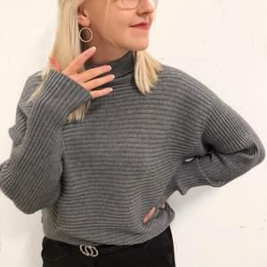Mörkgrå ribbad stickad tröja med lite polokrage. Supersjuk och skön i materialet. Aldrig använd. Fler bilder kan tas vid önskemål. Frakt tillkommer.