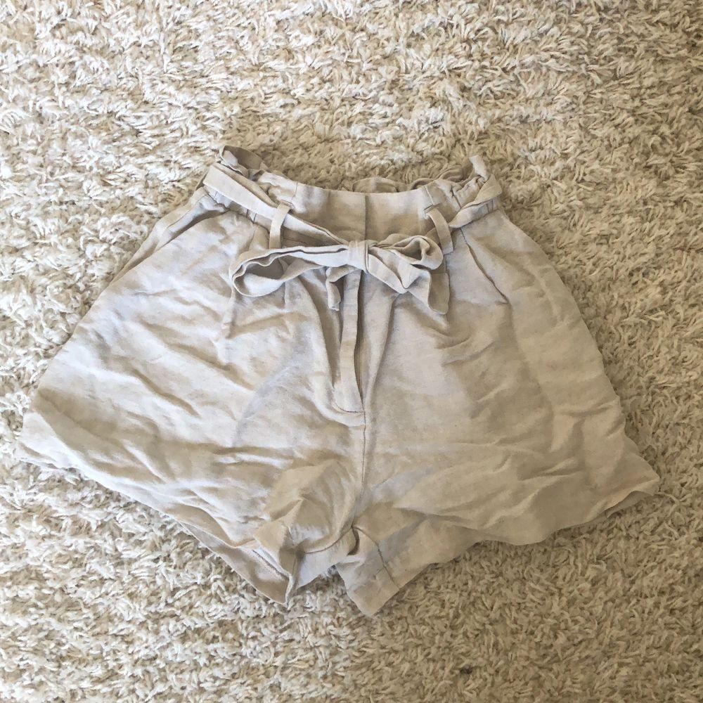 Snygga linne shorts med knytdetalj i storlek 34, säljer då jag vuxit ur dem💗 Super bra skick använda Max 2 gånger. Hör av dig vid intresse🥰 frakt står du för. Shorts.
