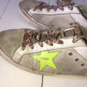 Säljer mina fina golden goose skor i storlek 39 för jag använder de inte. De är coola unika och snygga😍😍 en gul lysande stjärna och leopard snören, rätt så slitna ändå.. nypris: 5000kr