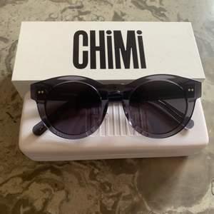 Chimi #003, helt oanvända! de är gråa med grått glas. Org pris: 1000kr