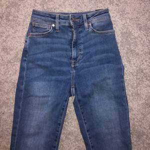 Jeans från bik-bok med mycket stretch i ankellängd. Säljer de pga inte fått användning för de, storlek xs säljer de för 60 kr och köpare betalar frakt🥰