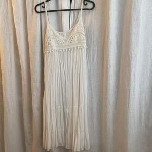 Broderad klänning köpt utomlands. Står ingen storlek i plagget men skulle säga att det är en xs/s. Köparen står för frakten