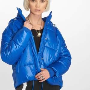 Intressekoll på min coola blåa jacka från Urban Classics som är slutsåld. Är i bra skick!