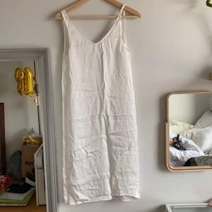 Skit söt slip dress köpt här på Plick, har en silkig material och är väldigt luftig men passar bra! Perfekt nu till sommaren