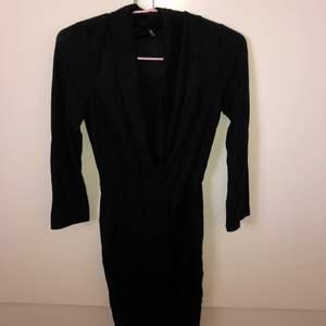 En oanvänd klänning från Nelly. Svart glittrig super fin, en lagom och fin uringning. Stolek XS passar även S. Köptes för 400kr säljer den för 250kr då den aldrig är använd. Pris kan diskuteras vid snabb affär.  Jag kan frakta och köparen står då för det!