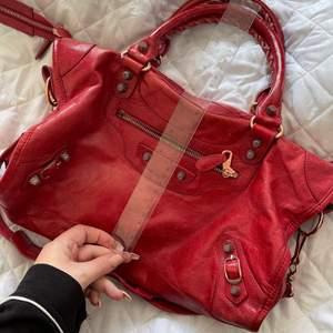 Röd balenciaga väska, toppen skick kvitto kan jag skicka bild på men kan tyvärr inte följa med då det är flera köp på samma kvitto :) köparen står för frakten eller möts upp i stockholm❣️🥰