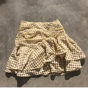 Så din gul kjol. Storlek 36 men jag är 34 och kan också ha den så en smaksak om man vill att den ska vara kortare eller längre. Skriv flr mer info. Budgivning kan ske ❤️. Har ändrat lite. Ingen budgivning. 300kr utan frakt snabb köp ❤️