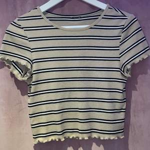 super super söt och fin lite croppad t-shirt i en beige/brun färg. har verkligen varit en favorit hos mig men är tyvärr för liten:( fortfarande mycket gott skick🤎🤍🖤