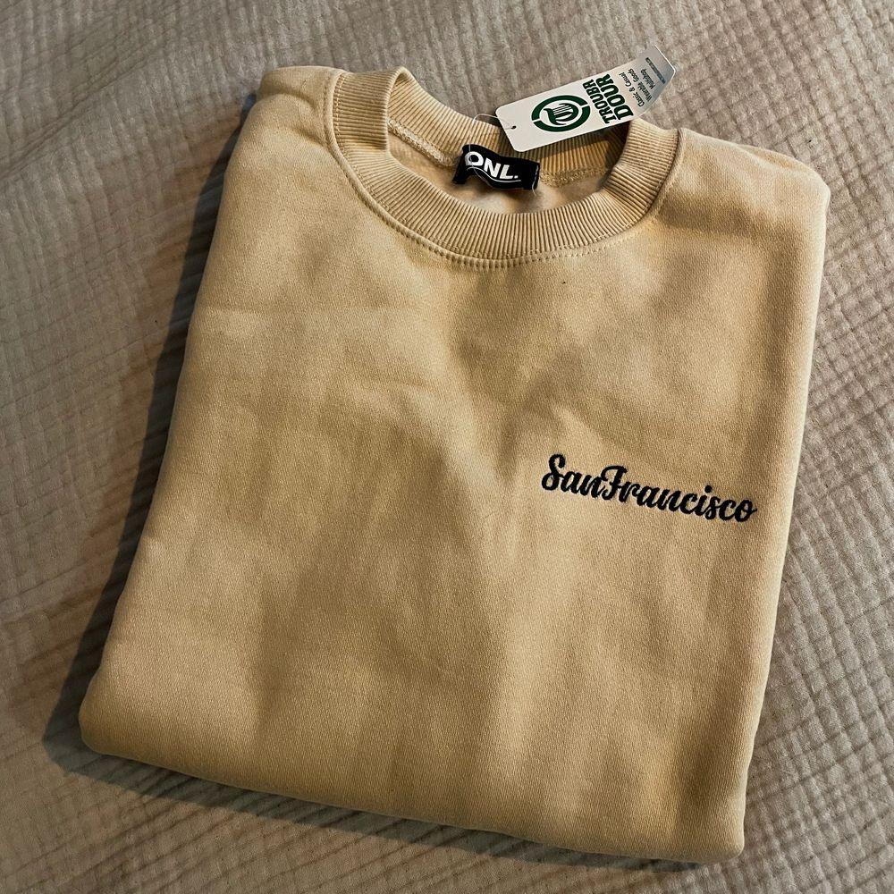 Oanvänd Crewneck Sweater från Sydkorea. Köparen står för frakt 📦  Skick: 10/10. Huvtröjor & Träningströjor.