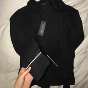 Helt ny cardigan som man spänner fast med bälte. Väldigt fin och minimalistisk. Lappen finns kvar. Mjukt material. 260 kr inräknat med frakt.