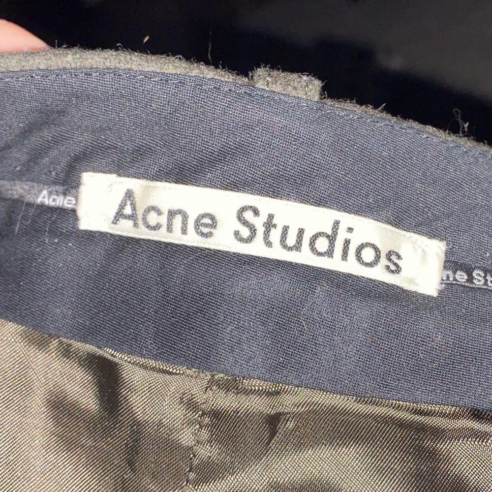 Säljer dessa underbara byxor då jag inte fått användning för dem! Originalpris 2500kr! Jag är 165 och de går ner till ankeln på mig så för mig är de ej så korta som modellen! . Jeans & Byxor.