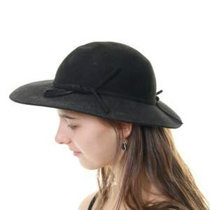 Superfin hatt med söta detaljer! 🌸 säljs då den inte används, är i nyskick. Priset går att diskutera vid smidig affär ❣