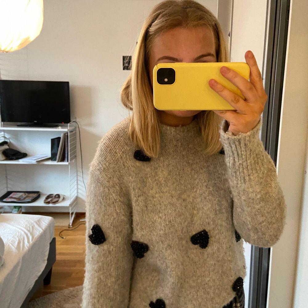 Sååå fin tröja från zara. Köpt för ca 2 år sedan så den är använd men i bra skicka. Inga hål eller liknande. Köparen står för frakt 🤍🤍. Stickat.